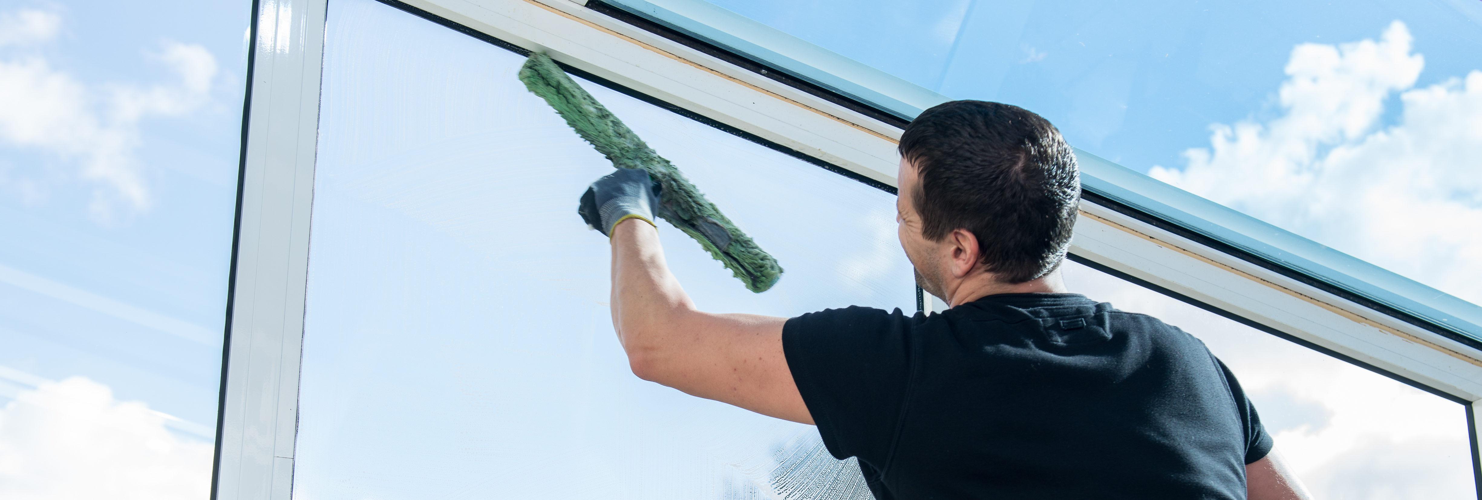 Die Fensterreinigung der Ö&I Clean GmbH sorgt für glasklaren Durchblick in Ihrer Immobilie.